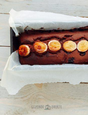 cake met chocolade bananen en blauwe bessen