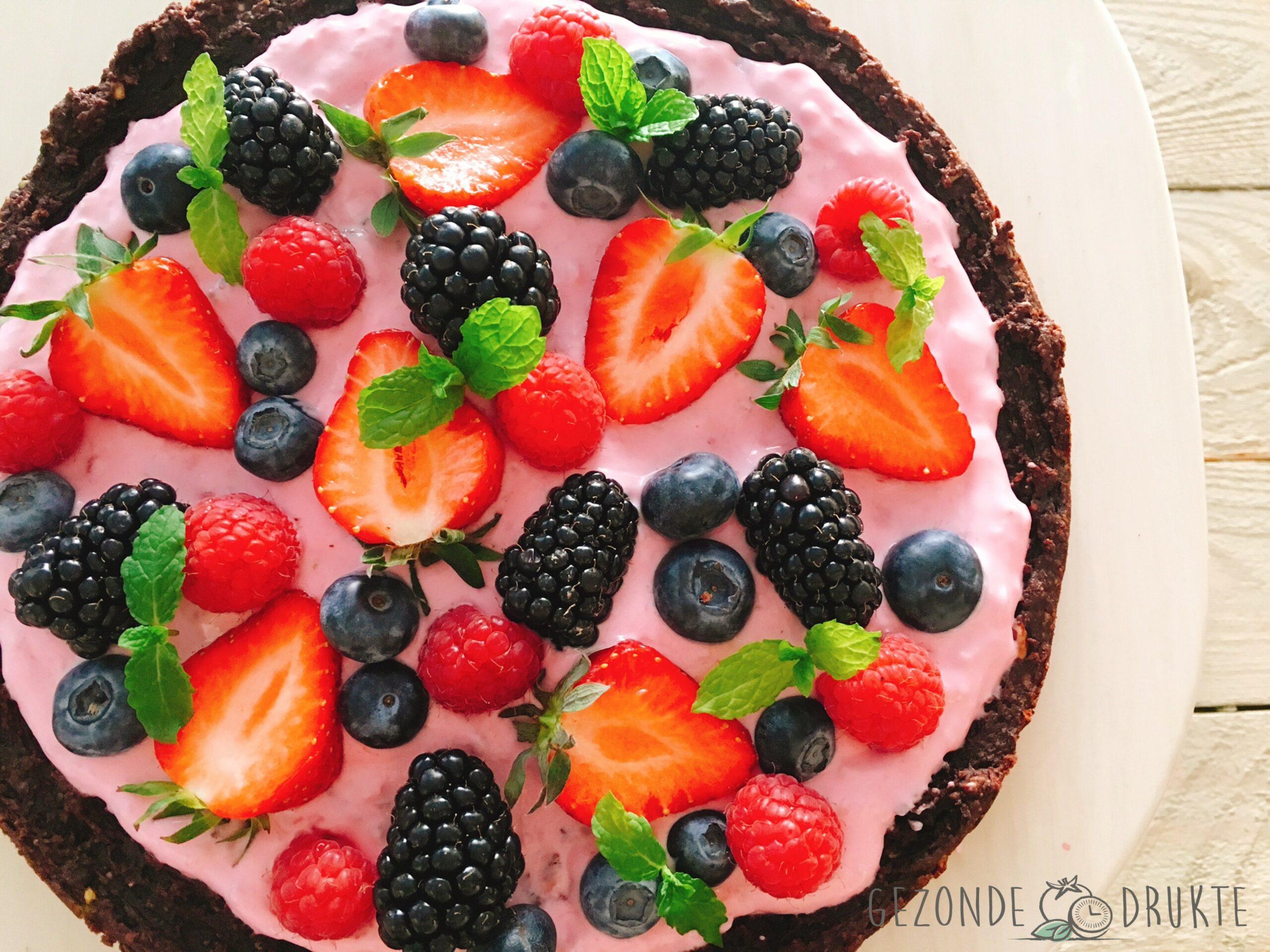 Brownietaart met rode vruchten topping