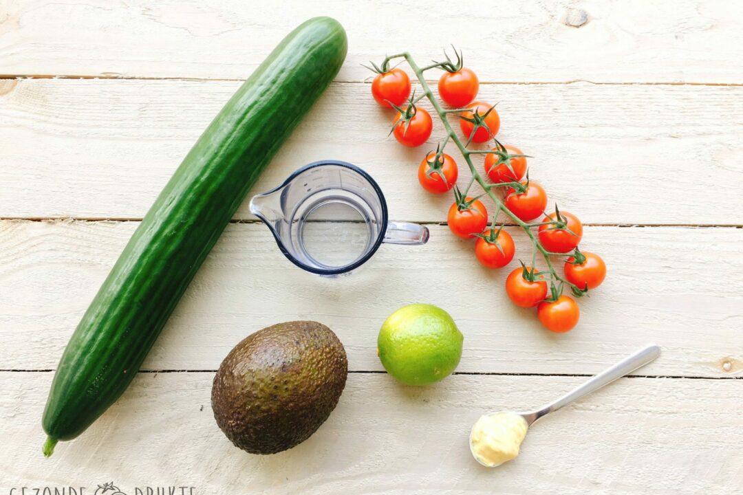 Knikkersalade komkommer tomaten avocado