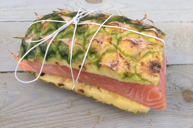 pakje van ananas met zalm op BBQ, gezonde drukte