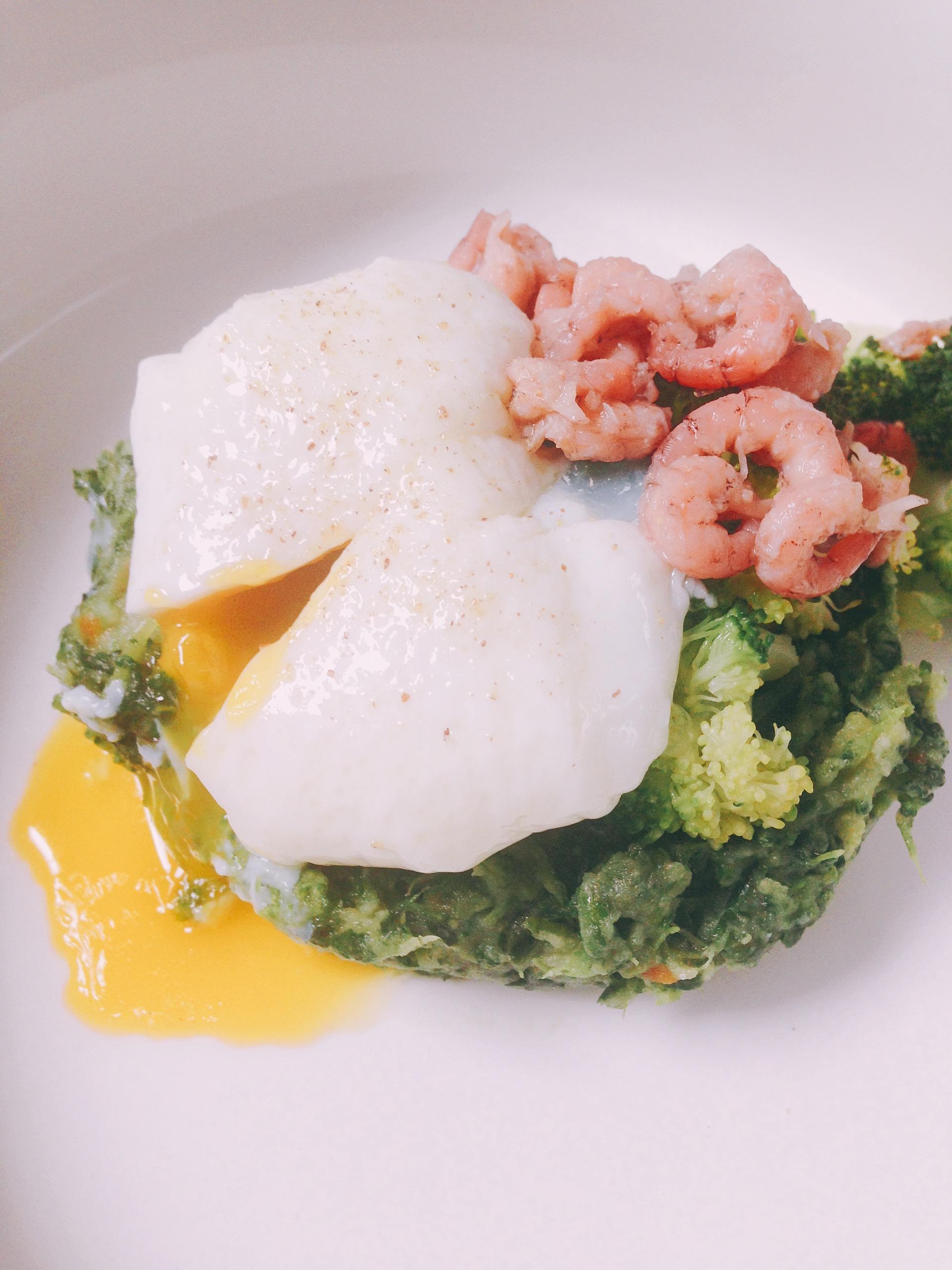 Gepocheerd ei groentepuree spinazie garnaal